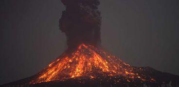 """""""ظاهرة ساحرة"""".. شاهد أضواء البرق في انفجار بركان إندونيسي"""