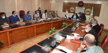 جانب من إجتماع محافظ مطروح مع رؤساء المدن