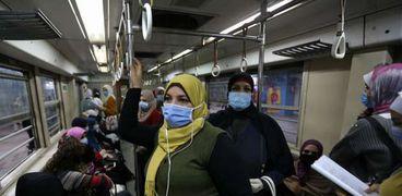 الركاب ملتزمون بارتداء الكمامات الطبية داخل عربات قطارات المترو
