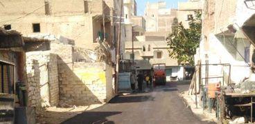 جانب من أعمال رصف شبكة الطرق بمدينة مرسي مطروح