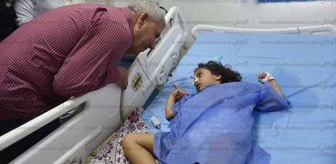 محافظ مطروح خلال اطمئنانه على الطفله ساندرا بمستشفى مطروح العامش