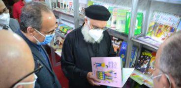 الدكتور هيثم الحاج علي رئيس هيئة الكتاب خلال افتتاح معرض الكتاب بالكاتدرائية المرقسية بالإسكندرية
