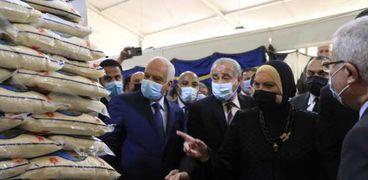 وزير التموين ووزير الصناعة والتجارة و محافظ الجيزة خلال افتتاح معرض اهلا رمضان