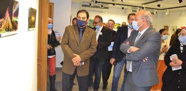 الدكتور فتحي عبدالوهاب رئيس صندوق التنمية الثقافية خلال افتتاح معرض فن الكم