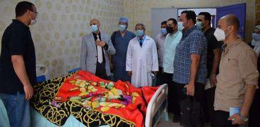 وكيل صحة الشرقية يتفقد مستشفى منيا القمح ويتابع إجراء عملية دقيقة لمريضة