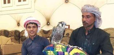 قناصين عقب صيد الصقر الشاهين في صحراء الضبعة بمطروح
