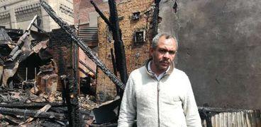 عصام أمام منزله المحترق