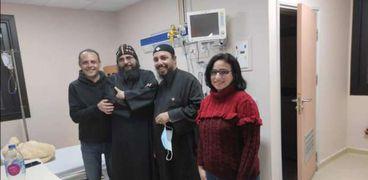 صورة من داخل المستشفى للأنبا إيلاريون عقب إعلان شفاؤه