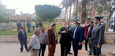 محافظ كفر الشيخ يتفقد أعمال تجميل الحدائق العامة المجانية ووضع مظلات خشبية