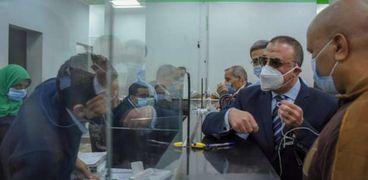 محافظ الإسكندرية:الحكومة تعمل على الحفاظ على العمال وصرف المنحه