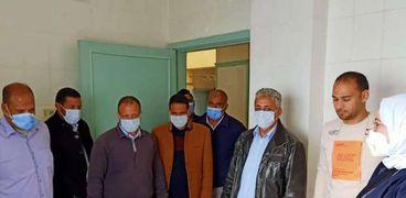 جانب من فعاليات القافلة الطبية بسيوة خلال متابعتها من رئيس مدينة سيوة