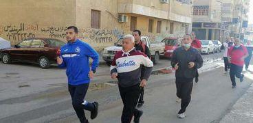 مواطنون يمارسون المشي الجماعي في أحياء كفر الشيخ
