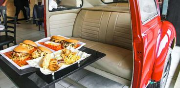 جزء من سيارة للجلوس عليه أثناء تناول وجبة «برجر»