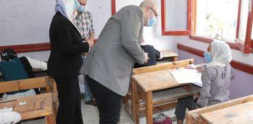 وسط إجراءات احترازية.. محافظ بني سويف يتفقد امتحانات الشهادة الإعدادية