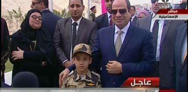 نجل الشهيد أحمد منسي في صورة سابقة له مع الرئيس السيسي