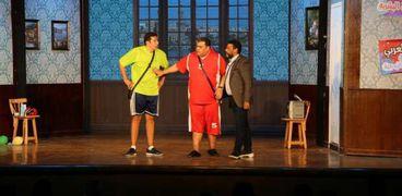 أحمد فتحي يتوسط هاني رمزي ومحمد جمعة في مشهد من مسرحية أبوالعربي