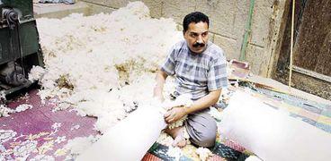 الأسطى محمد يعمل في التنجيد