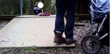 بسبب صورة .. زوجان يتركا طفلتهما الرضيعة على شريط قطار السكك الحديد