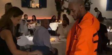 محمد رمضان ونيللي كريم يكسرون الأطباق في مطعم بدبي