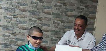 محمود طفل كفيف حفظ القرآن كاملاً في سن التاسعة ويحلم بلقاء شيخ الأزهر