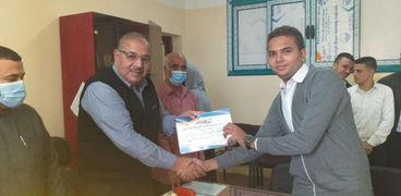وكيل الوزارة يكرم الطلاب المتميزين ثقافياً بالمدرسة النووية