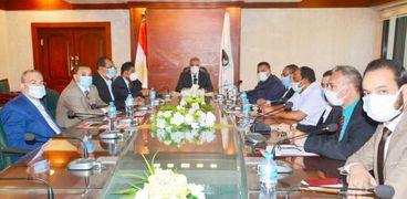 محافظ سوهاج يلتقي أمناء تحالف الأحزاب السياسية لمناقشة عدد من القضايا