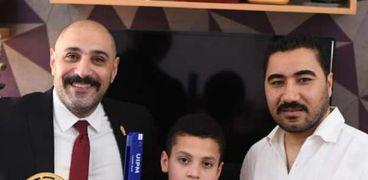 لجنة الإتحاد المصرى تسلم حمزة الجائزة