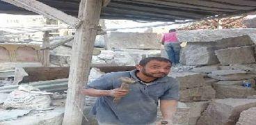 أحد العمال أثناء نحت حجر الجرانيت
