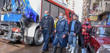 فيديو وصور.. الأمطار تحتجز 4 داخل عقار بعد انهيار السقف بالإسكندرية