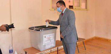 نائب رئيس جامعة أسيوط يدلى بصوته في انتخابات الشيوخ بمدرسة الفاروق للغات