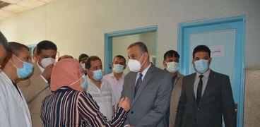 """محافظ سوهاج يتفقد سير العمل بمستشفى الرمد ومدرسة """"stem"""""""