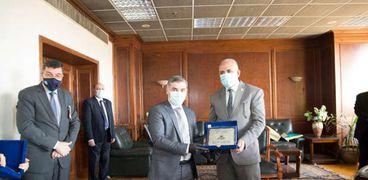 وزير الري مع نظيره العراقي