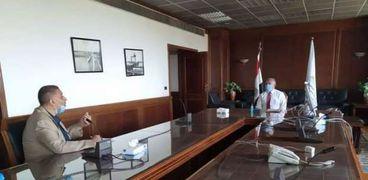 وزير الري خلال اجتماعه برئيس قطاع حماية النيل