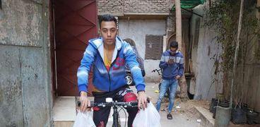 متطوع أثناء توصيل وجبات للأسر الفقيرة