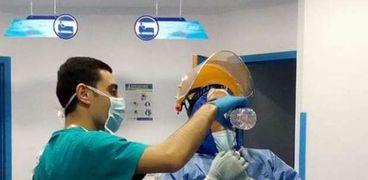 كيرلس يفطر زميله أثناء الافطار داخل عناية الحجر الصحي في الإسكندرية