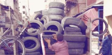 جمع الكاوتشوك لمنع الحرائق ببورسعيد