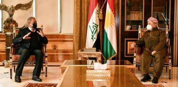مسعود بارزانى أثناء لقائه مع رئيس جهاز الأمن الوطنى العراقى