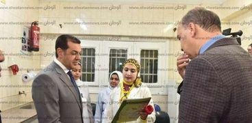 محافظ أسيوط يتفقد المراكز الطبية بمديرية الصحة بمنطقة الأزهر بالوليدية