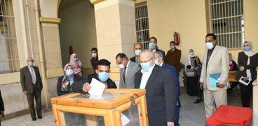 الدكتور عثمان الخشت رئيس جامعة القاهرة يتفقد سير عملية انتخبات اتحاد الطلاب