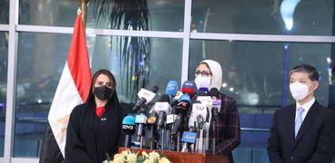 جانب من المؤتمر الصحفي الذي انعقد أمس على هامش استلام الدكتورة هالة زايد وزيرة الصحة أولى جرعات لقاح كورونا