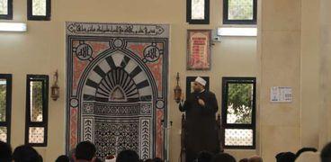 رئيس جامعة عين شمس يصلى الجمعة مع طلبة المدينة الجامعية
