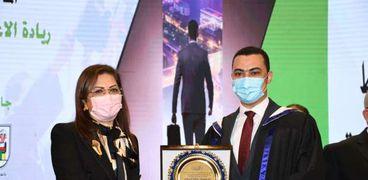 جامعة القاهرة تهدي درعها لـ هالة السعيد بعد حصولها على جائزة أفضل وزير عربي
