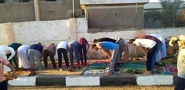 صورة منتشرة على السوشيال ميديا عن اختلاف التوجه للقبلة في صلاة العيد