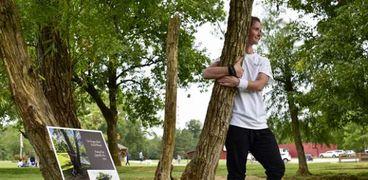 امرأة تدخل جينيس بمعانقة شجرة