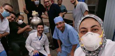أطباء العزل بقدرة فول داخل مستشفى عزل أبوتيج فى أسيوط