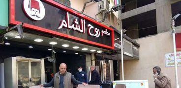 غلق 6 ورش ملابس مخالفة في عقارات سكنية ببولاق الدكرور