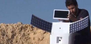 محمود الكومي مع الروبوت«أيلو»