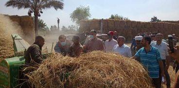 """قيادات """"الزراعة"""" و""""البيئة"""" يتابعون أعمال جمع وتدوير قش الأرز بالشرقية"""