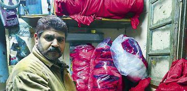 «محمد» صاحب مصنع صغير لإنتاج القلوب الحمراء