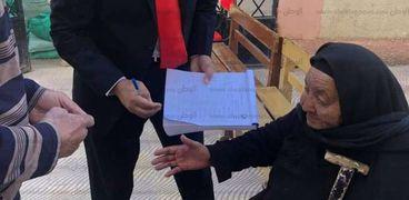 مستشار وضباط جيش يساعدون كفيفة للإدلاء بصوتها في دمياط